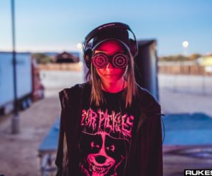 Rezz Fans Scale Pillars During Her Buku Set To Show Her Love